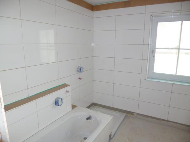 ein bad im dachgescho mit badm bel aus holz pictures to pin on pinterest. Black Bedroom Furniture Sets. Home Design Ideas